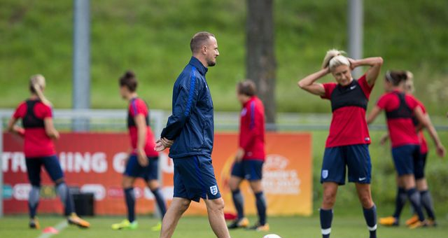mark_sampson_head_coach_walks_during_the_england_training_sessio_514702